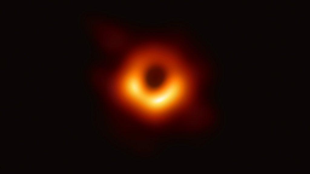 الصورة التاريخية للثقب الكوني الأسود