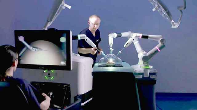 روبوت يساعد في العمليات الجراحية