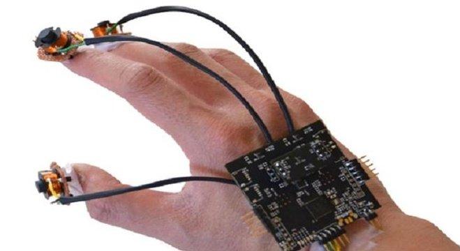 طالب في جامعة واشنطن يخترع جهازا للكتابة في الهواء